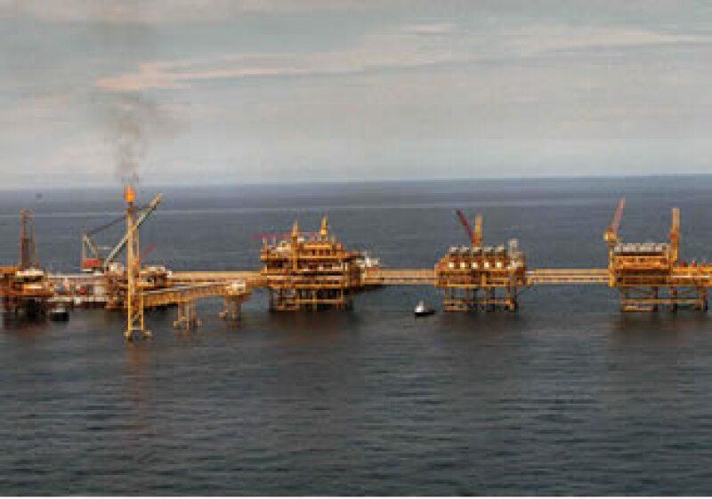 EU restringió las operaciones de empresas petroleras mar adentro mientras se aclaran las causas del derrame en el Golfo. (Archivo)
