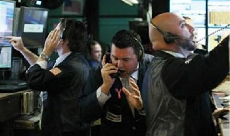 Los papeles de los bancos fueron las que más perdieron terreno en la jornada, arrastradas por los temores a la crisis de deuda soberana en la zona euro. (Foto: Reuters)