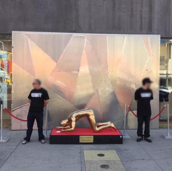 La escultura implica una dura crítica al medio cinematográfico internacional.