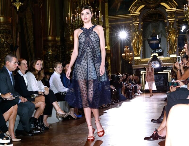 Luego de dejar mucha piel al descubierto con un pronunciado escote Miranda Kerr se posiciona como una de las modelos más sexys durante su paso en la Semana de la Moda parisina.