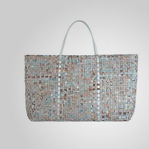 Esta pieza hecha a mano incluye materiales como piel y gamuza en su interior.
