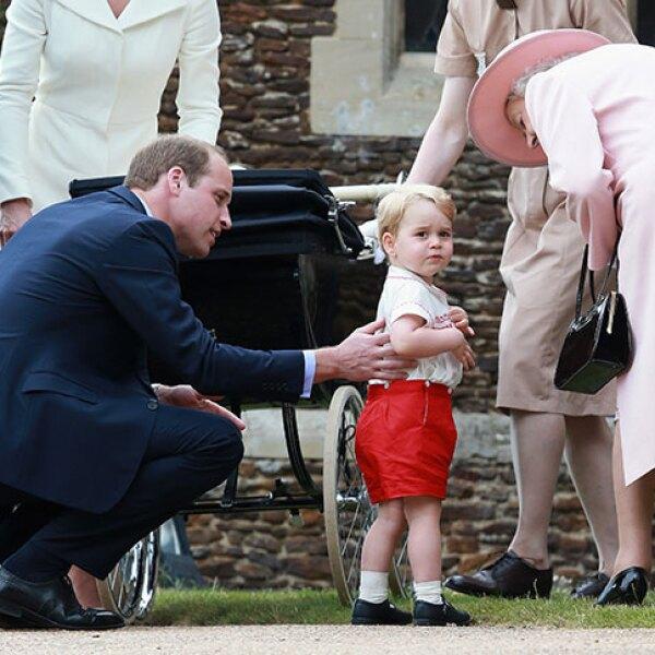 La reina y el príncipe William estuvieron al tanto del pequeño George.