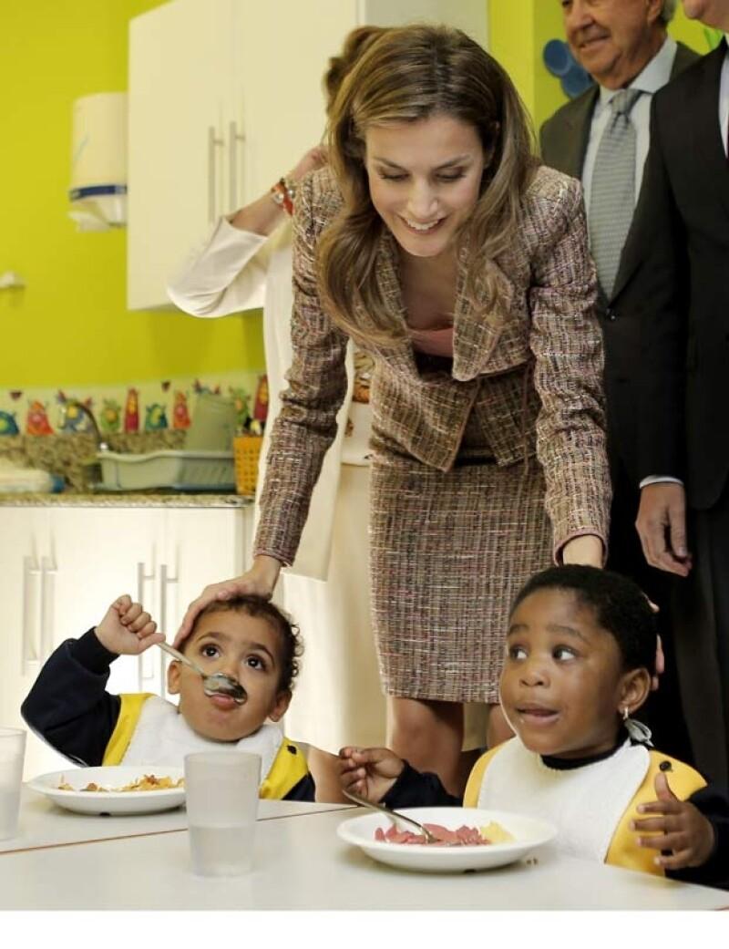 Letizia se mostró interesada por las actividades de la Casa de Caridad.