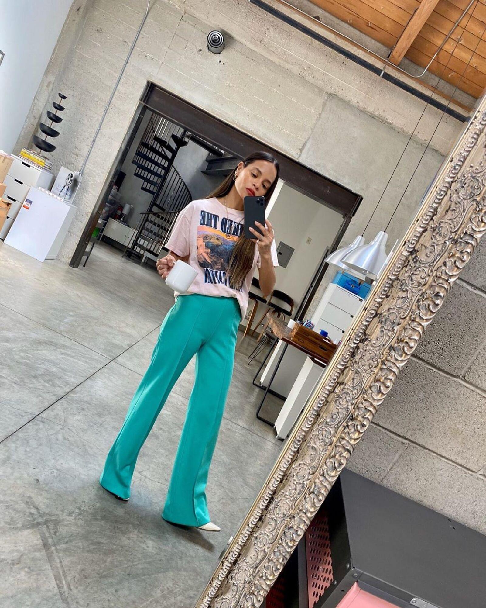 Sophie Lopez hizo su mirror selfie con pantalones de vestir color turquesa y una taza de café. So chic!