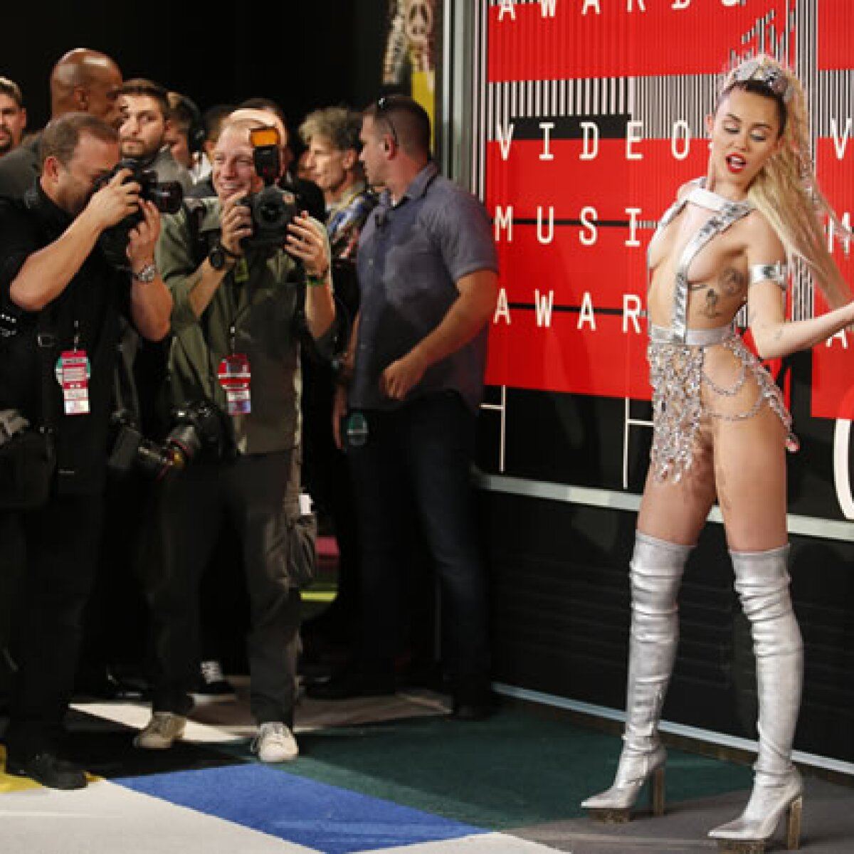 Los 10 polémicos oufits de Miley Cyrus en los VMAs