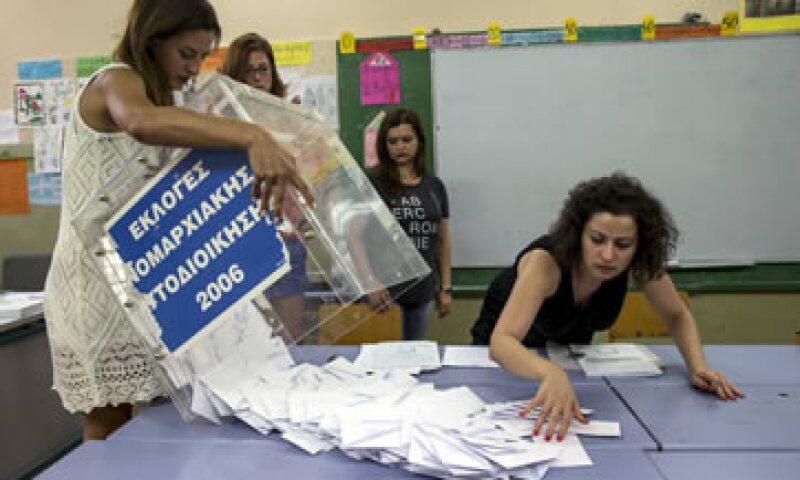 Miembros de los colegios electorales comenzaron a contarlos votos apenas cerró la jornada. (Foto: Reuters )