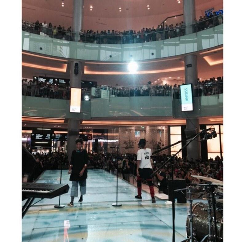 Jaden acompañó a Willow a una de sus presentaciones en Dubái, donde incuso se le unió en pleno performance.