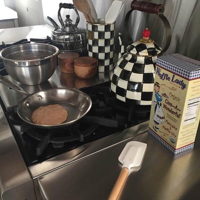 La estrella parece disfrutar de un buen desayuno al publicar fotos de un hot cake calentándose.