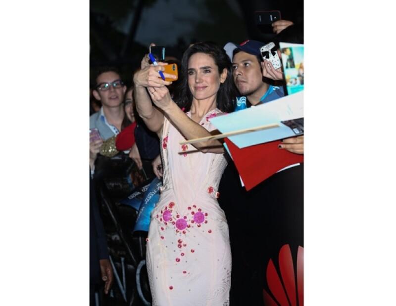 """Durante la premiere mundial de la cinta """"Noé"""" en la capital del país, la actriz disfrutó de compartir divertidos momentos fotográficos con sus fans."""