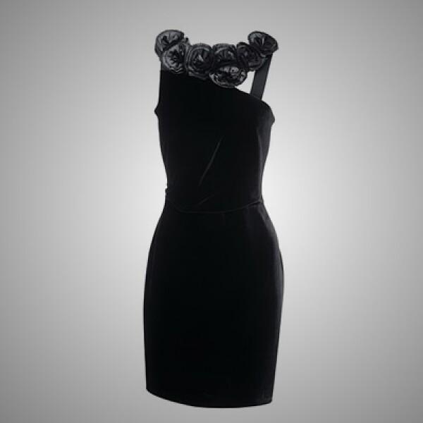 5.Una opción perfecta para una noche elegante es este vestido de seda y pequeños encajes al frente.