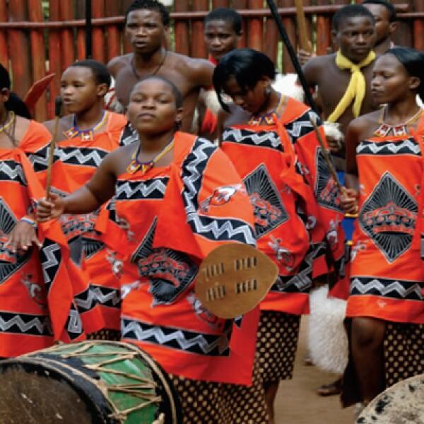 En la Villa Cultural de Mantenga se aprecia un baile espectacular de la etnia guerrera swazi, donde las mujeres deslumbran con su poderosa voz.