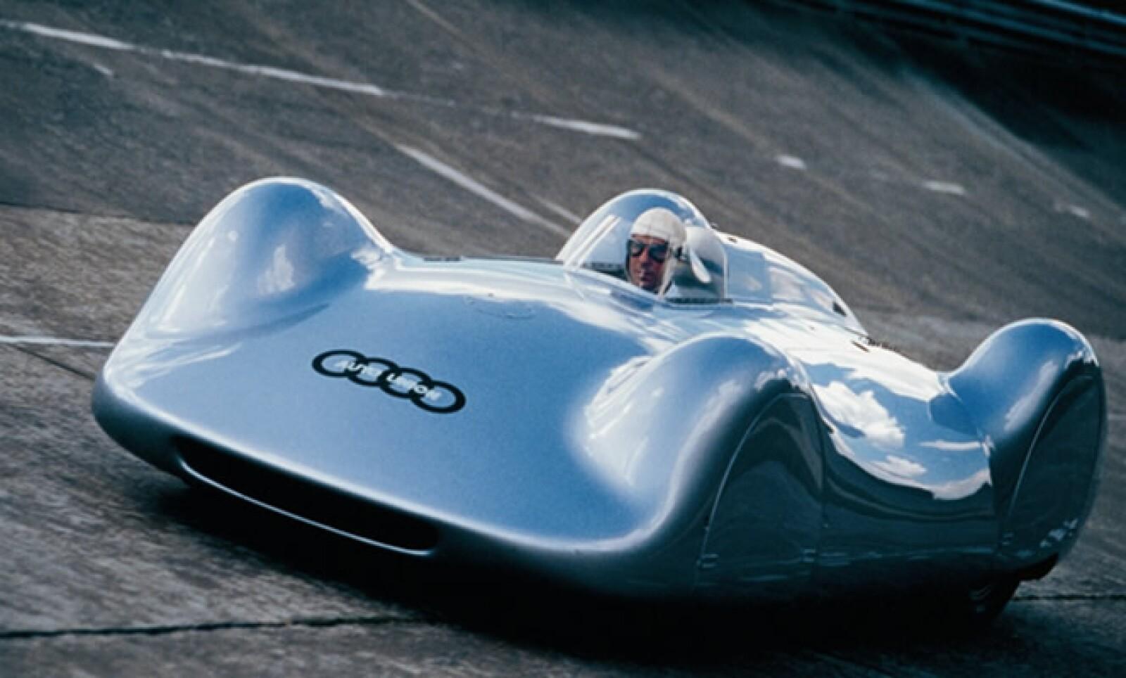 La fusión de automotoras en 1932, originaron los aros de Audi. En las competencias, los Streamliner de 1937, apodados 'Flechas de Plata', fueron los primeros en superar 400 km/h en una carretera normal, por Bernd Rosemeyer de Frankfurt a Darmstadt.