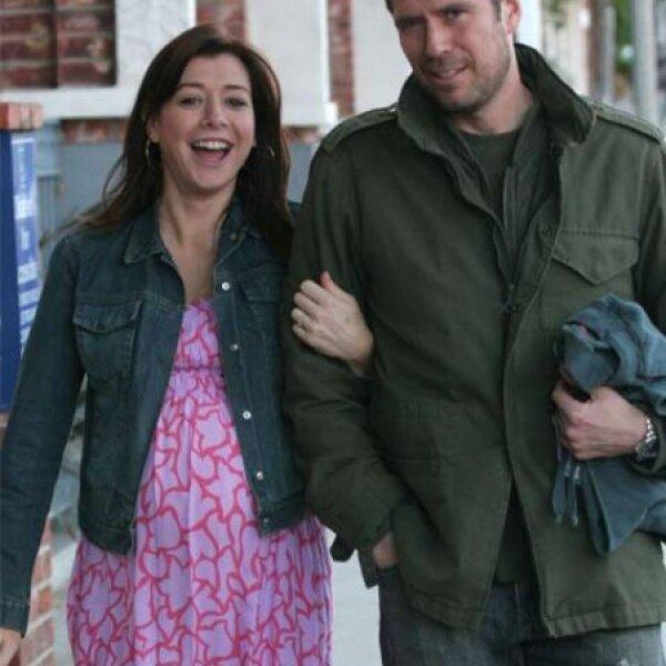 Alyson Hannigan se hizo famosa por las películas de American Pie y aquí la vemos embarazada y en compañía de su esposo, Alexis Denisof