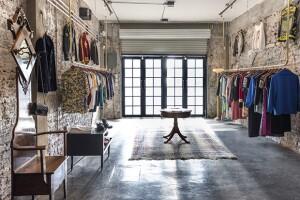 En su boutique la joven recolecta piezas únicas y que cuenten una historia.