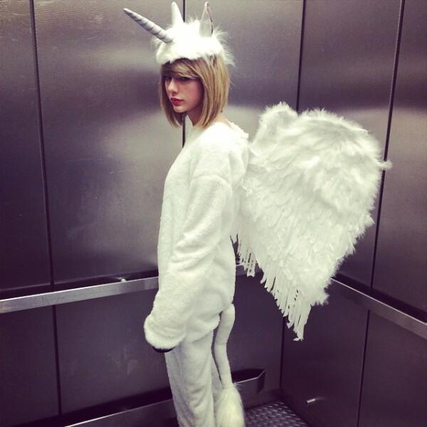 Se rumora que Taylor Swift hizo una mezcla de uno de los disfraces preferidos de Selena Gomez, el de un unicornio. La cantante lo transormó en unicornio-pegaso.