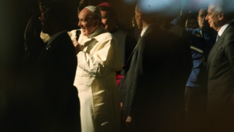 Francisco salió de la Nunciatura para saludar a los fieles que lo esperaban afuera