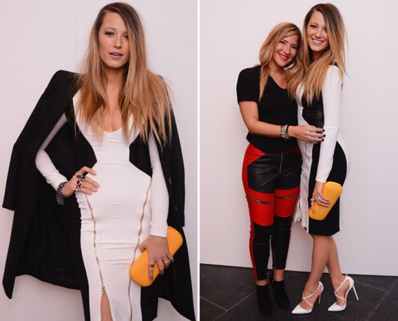 Blake posó junto a la diseñadora Gabriela Cadena y de perfil también fue evidente que la actriz ha recuperado al 100% su figura.