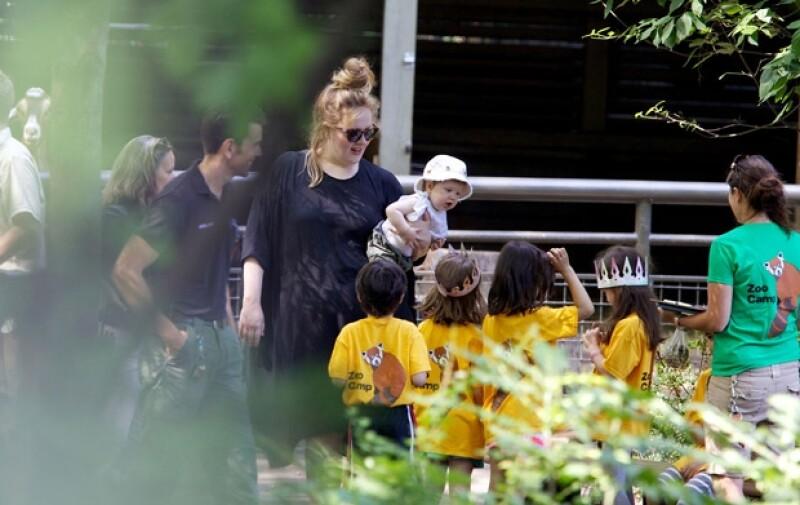 La cantante y su pequeño Angelo James Konecki acudieron al zoológico de Nueva York donde fueron abordados por un grupo de niños quienes reconocieron a la inglesa.