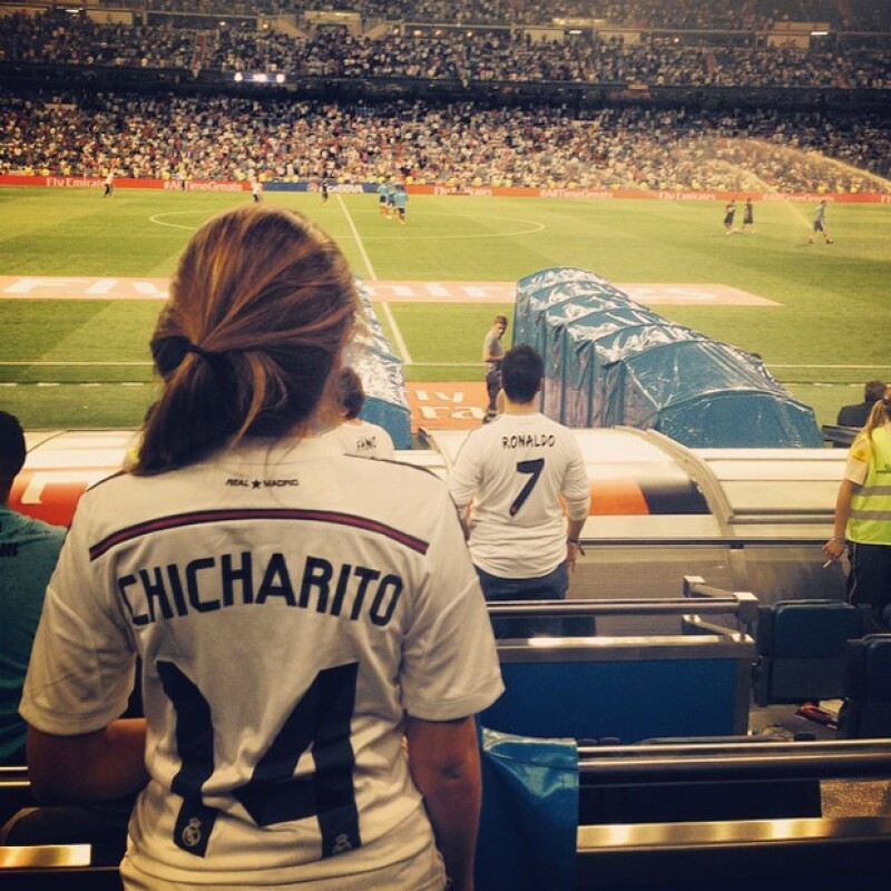 La actriz se encuentra en España, por lo que no se perdió el debut del jugador mexicano con el equipo, presumiéndolo en su Instagram con una foto.