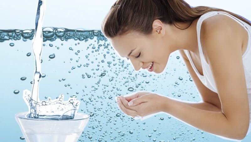 Usa el agua mineral en la cara para una piel perfecta.