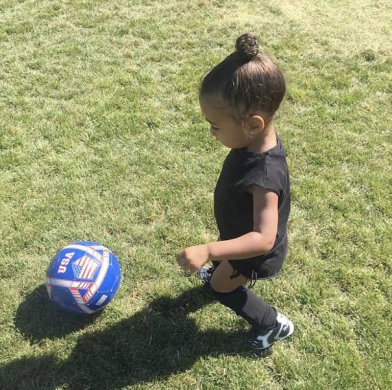 La pequeña hija de Kanye se lució en la cancha, al parecer disfruta mucho jugar.