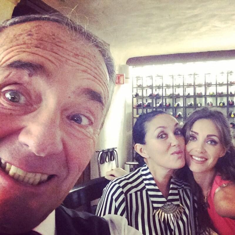 La cantante se dio tiempo de festejar con sus papás los 72 años de vida del señor Enrique Puente, quien también estaba notablemente feliz.