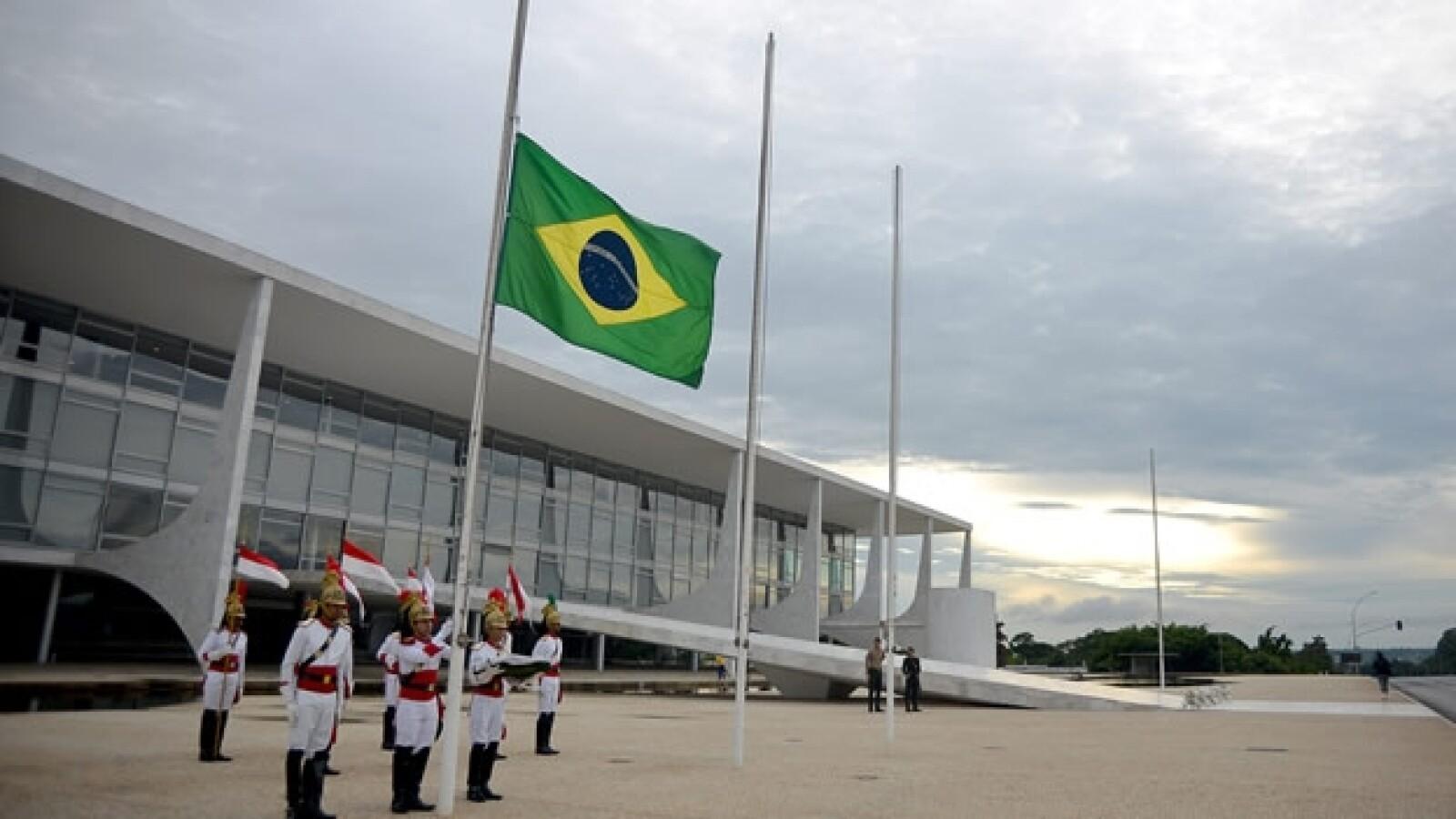 Bandera Brasil media asta