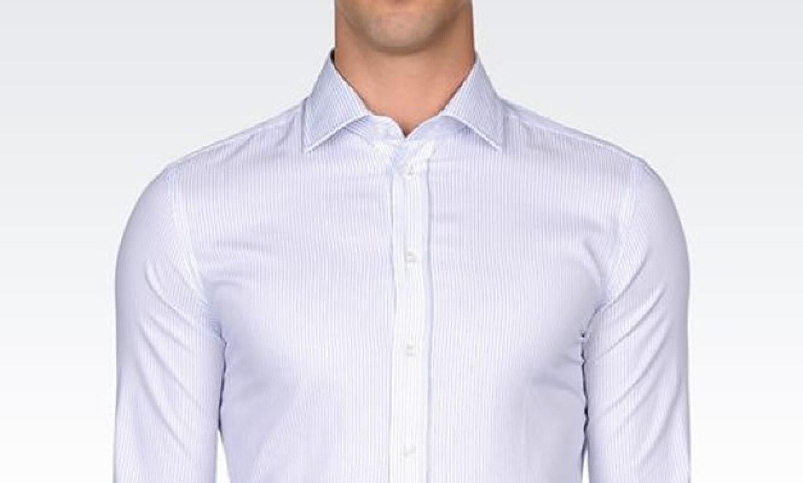 El cuello es el elemento más importante de una camisa. Los cuellos con alas más hacia atrás son los más elegantes.