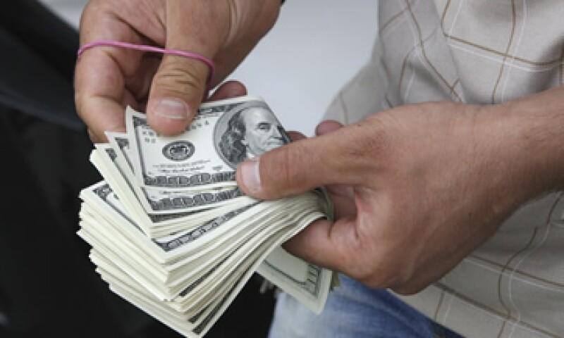 El tipo de cambio es de  12.8426 pesos para solventar obligaciones denominadas en moneda extranjera. (Foto: AP)