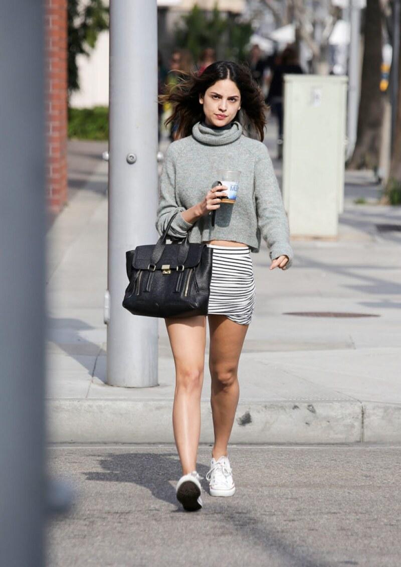 Sin maquillaje, pero tan guapa como siempre, es como fue captada la actriz Eiza González mientras se paseaba por las calles de Beverly Hills.