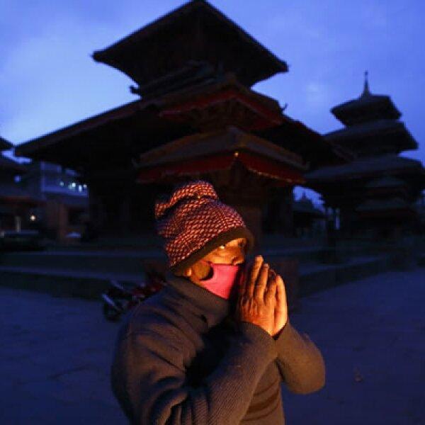Un hombre reza en el complejo de palacios de Hanuman Dhoka, en Nepal.