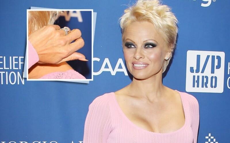 La actriz lució este revelador anillo en una gala benéfica en Los Ángeles.