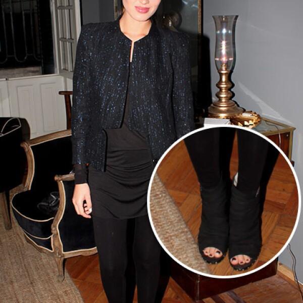 Michelle Díaz Andersson con unos botines peep toe negros que hacen juego con su outfit.