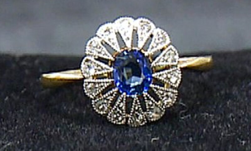 Un anillo de diamantes y zafiros, es una de las piezas que conforman la exposición.  (Foto: AP)