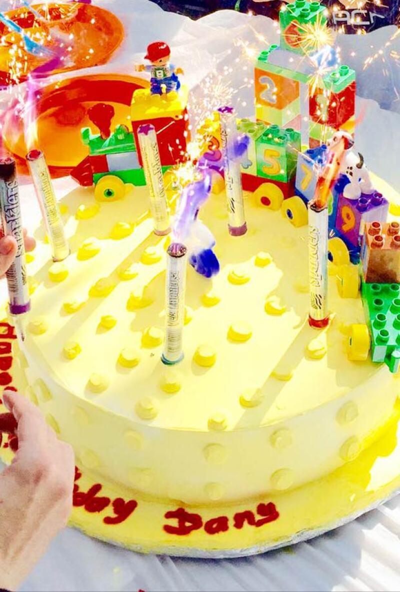 Horas después, Aracely Arámbula compartió un colorido pastel con el nombre de su hijo, con el que seguramente lo están festejando.