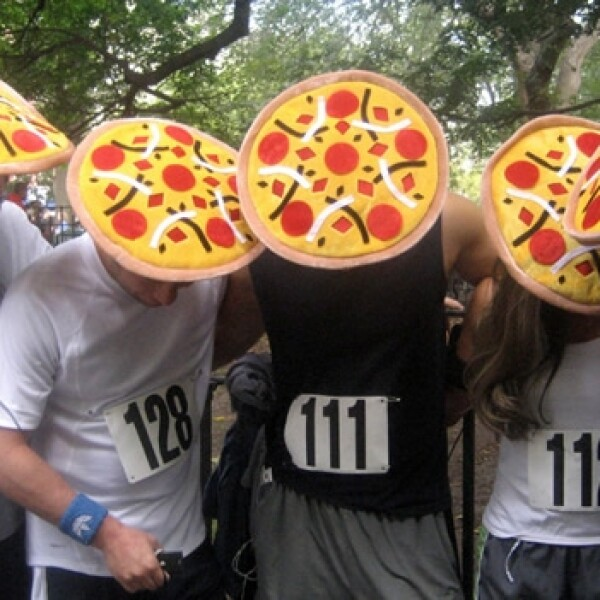 corredores con sombreros de pizza