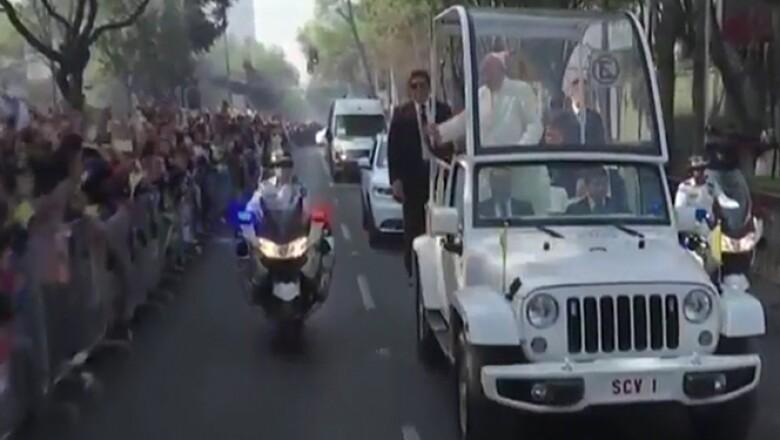 El pontífice se dirige, a bordo del papamóvil, a campo Marte, de ahí saldrá en un helicóptero al munipio mexiquense.