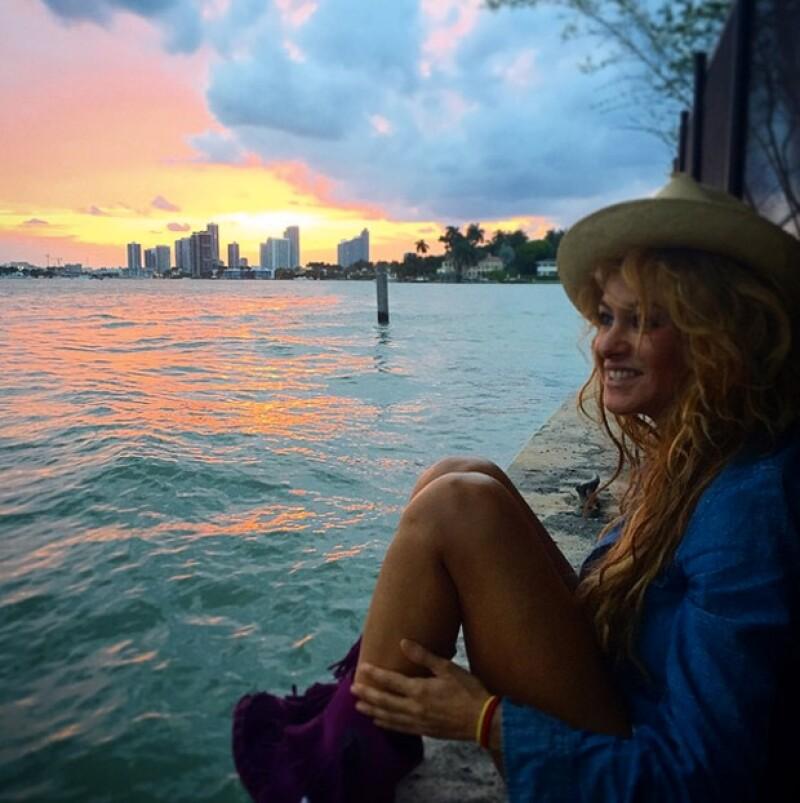 La cantante disfrutando del ocaso cerca del mar.