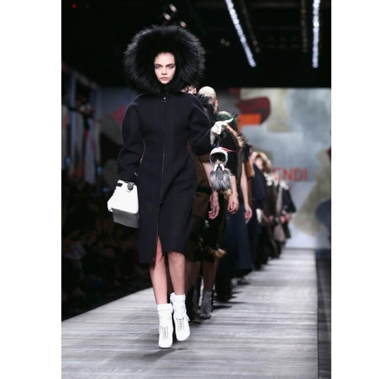 La modelo caminó en la pasarela de Fendi, firma liderada por el creativo Lagerfeld.