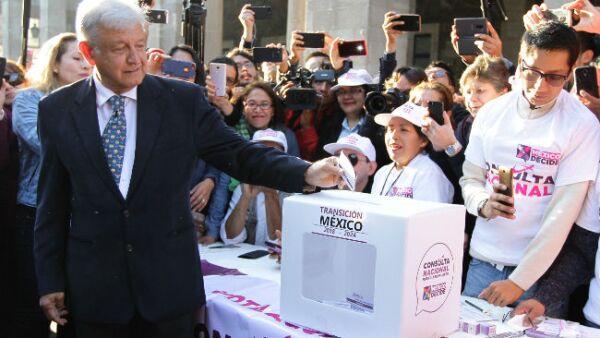 Andr�s Manuel L�pez Obrador emite su voto en la Consulta P�blica por el Nuevo Aeropuerto