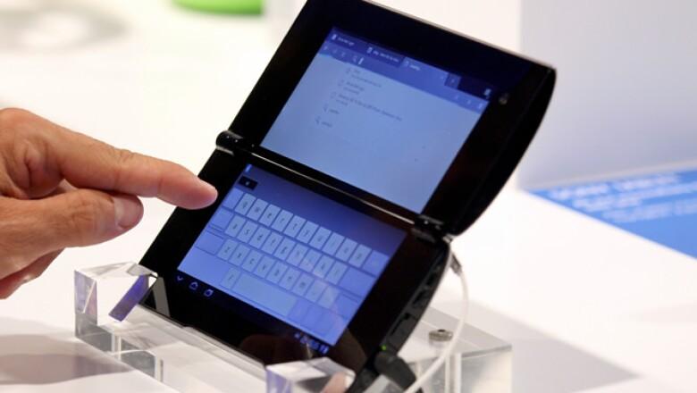 La firma japonesa Sony presentó formalmente sus nuevas 'tablets', que competirá directamente con Apple, Samsung, Motorola y RIM. En la imagen vemos el modelo S, el cual saldrá a la venta a finales de 2011, con un precio de 479 euros, poco más de 8,400 pes