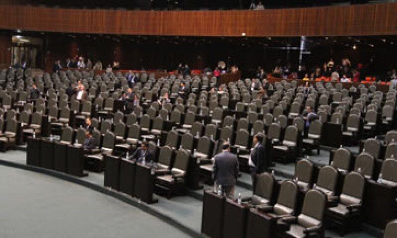 Con el salón de plenos desolado, la sesión inició al medio día de este sábado en la Cámara de Diputados. (Foto: Notimex)