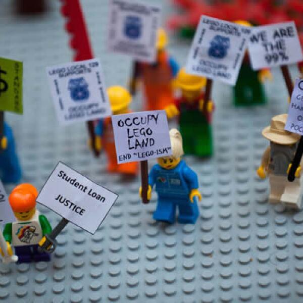 Estos manifestantes se fueron a NY para unirse a las protestas de los Indignados. Nada que ver con Legoland, pero sí con los versátiles legos.