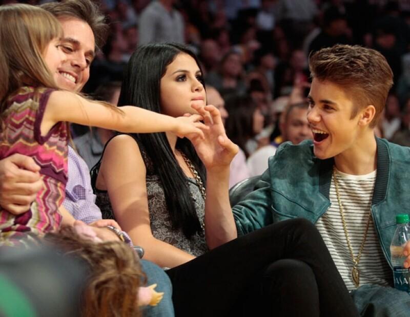 Justin Bieber y Selena Gomez acudieron al partido de Los Lakers contra los Spurs.