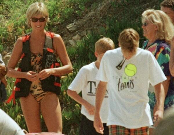 Diana con sus hijos en unas vacaciones a Saint Tropez en julio de 1997, un mes antes de su muerte.