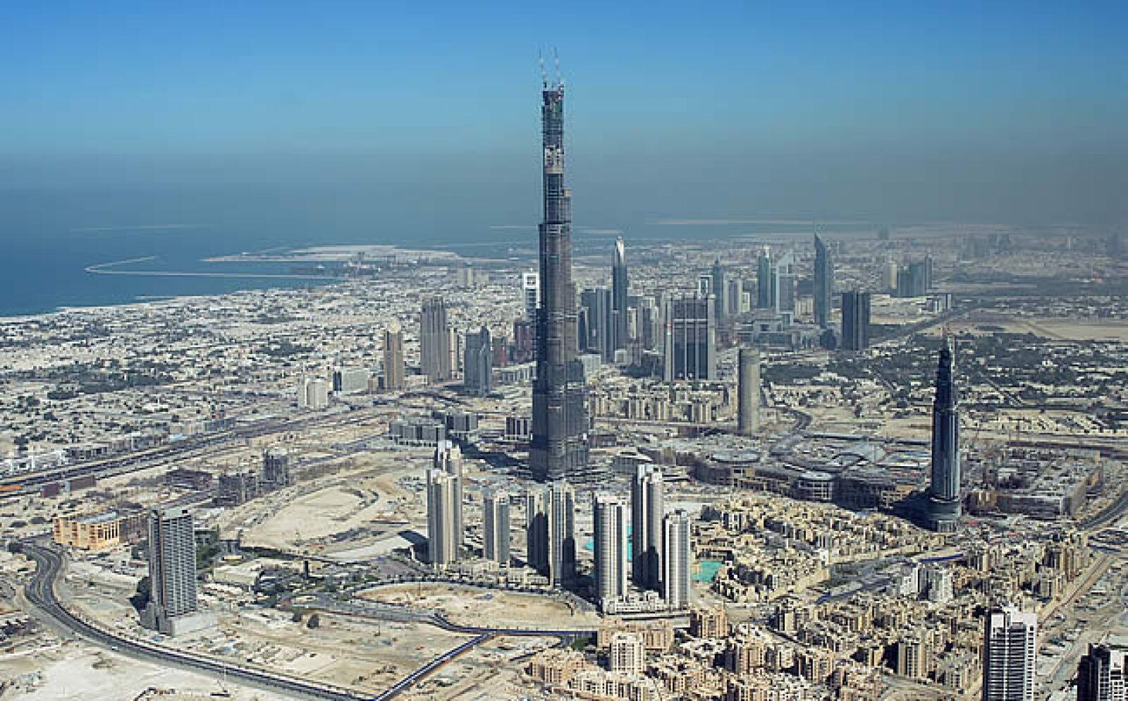 La construcción cuenta con 164 pisos, la punta de la antena llega a los 1011 metros de altura, hay un conjunto de oficinas y departamentos, un centro comercial y varios hoteles.