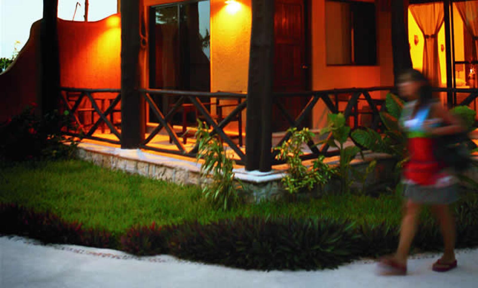 La arquitectura rústica crea un ambiente acogedor.