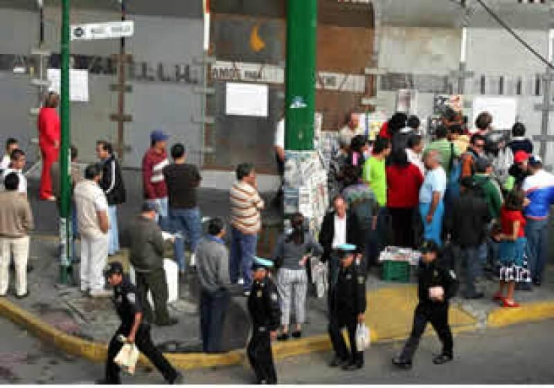 Trabajadores de LyFC se concentran en los alrededores de la compañía. (Foto: NTX)