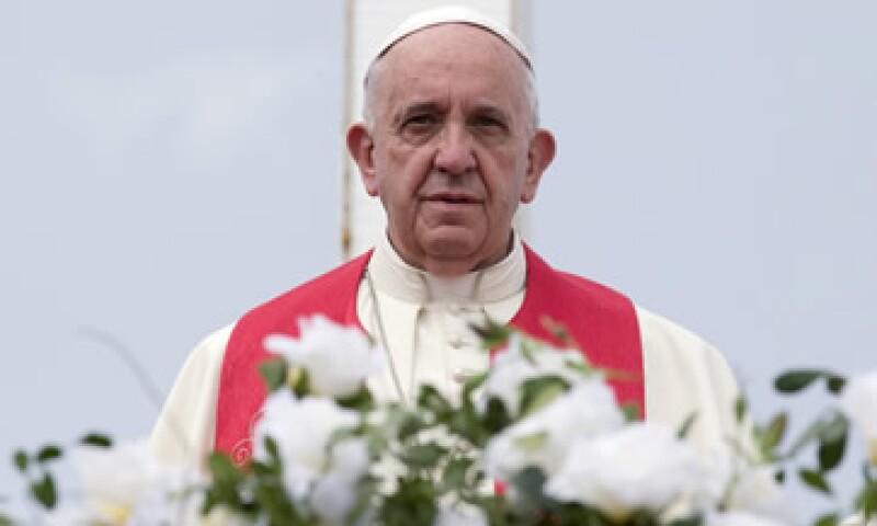 El líder de la Iglesia Católica escribió un libro en el que plasmó el por qué no está de acuerdo con el sistema capitalista que rige al mundo (Foto: Reuters/Archivo )
