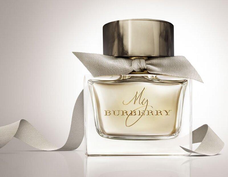El frasco está inspirado en el clásico trench coat de Burberry.